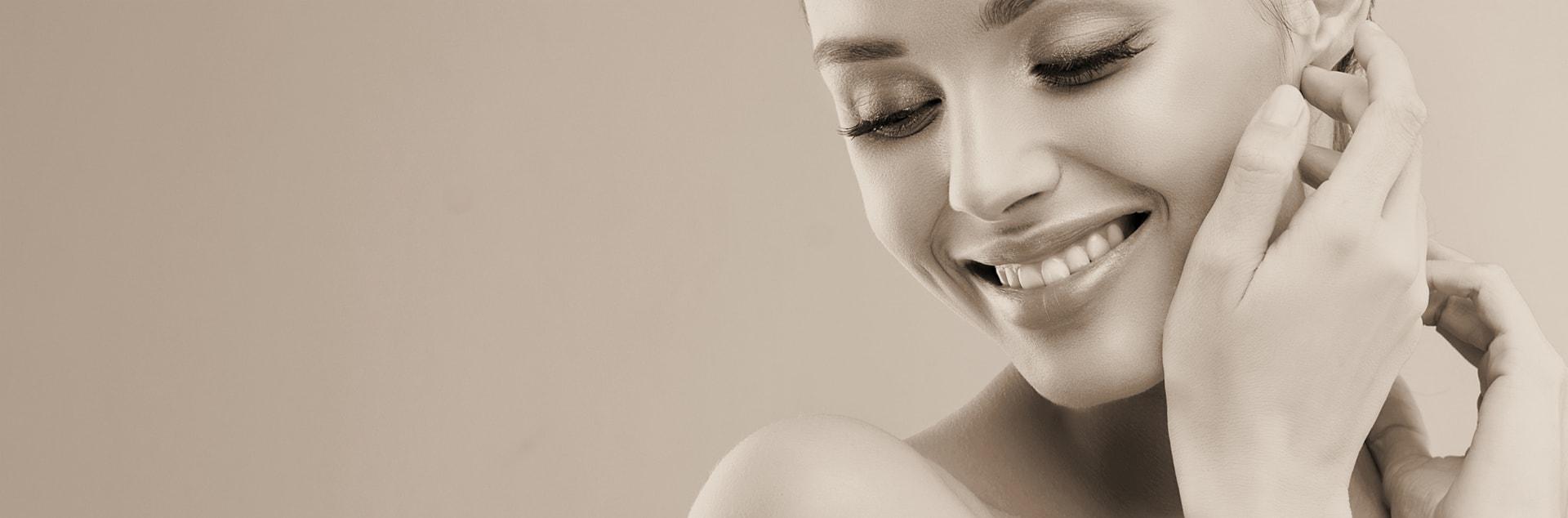 Doctor Charme esegue trattamento di biorivitalizzazione della pelle mediante iniezioni di acido ialuronico, vitamine e aminoacidi